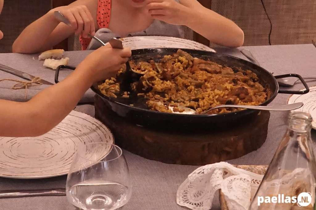 Hoe eet je paella