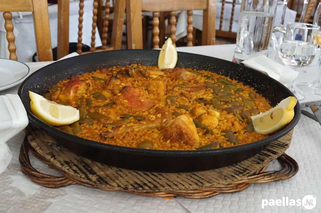 Hoe wordt paella geserveerd