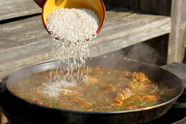 Hoe kan ik paella rijst koken